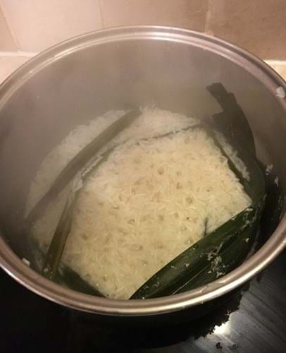 The rice and pandan leaves in the pan